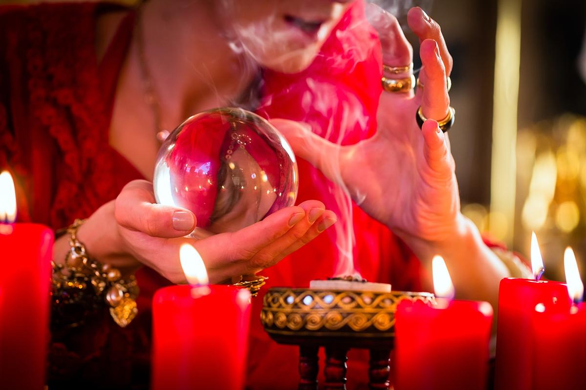 Vision de l'avenir avec une boule de cristal